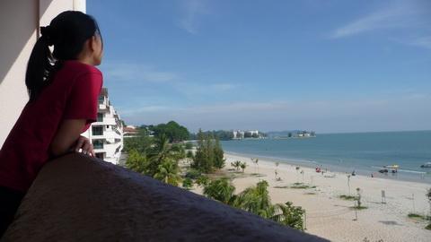 Boleh nampak pantai dari balkoni bilik